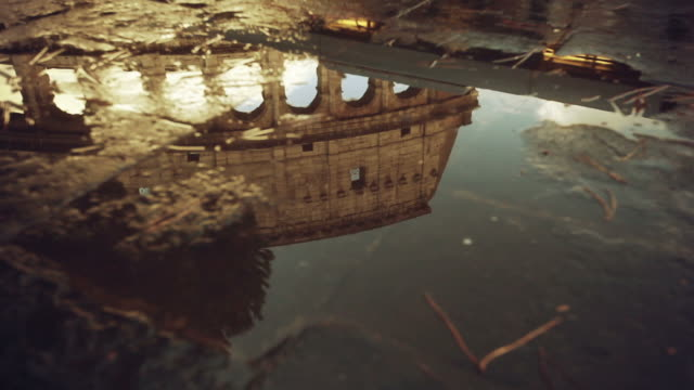 roma riflessi d'acqua: il colosseo - colonna architettonica video stock e b–roll