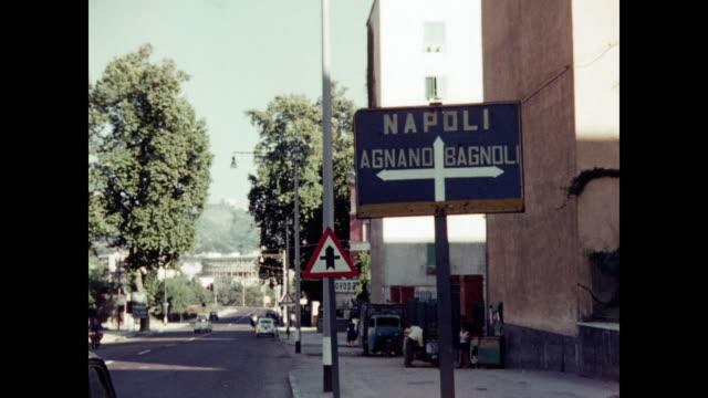 1960 rome, welcome to napoli sign home movie - ナポリ点の映像素材/bロール
