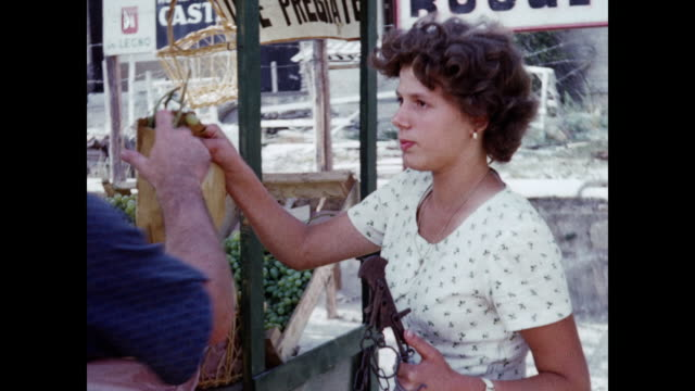 1960 rome woman selling grapes to tourists - home movie - 1960 stock-videos und b-roll-filmmaterial