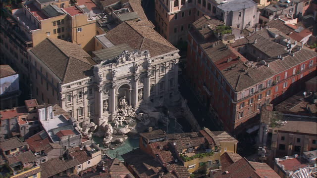 rome's trevi fountain lies at the back of the palazzo poli. - fontana struttura costruita dall'uomo video stock e b–roll
