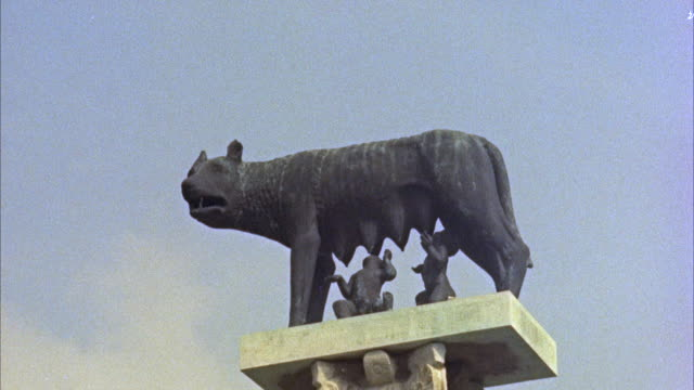vídeos de stock e filmes b-roll de cu romulus and remus and wolf on top of column - roma itália