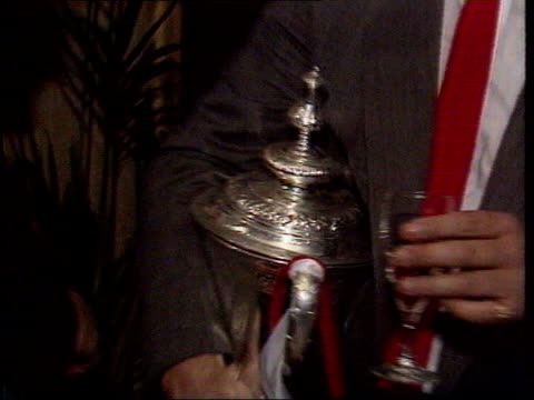 ron atkinson says he isn't a racist lib manchester int ron atkinson holding fa cup and drinking champagne after manchester united beat everton in 1985 - 1985 bildbanksvideor och videomaterial från bakom kulisserna