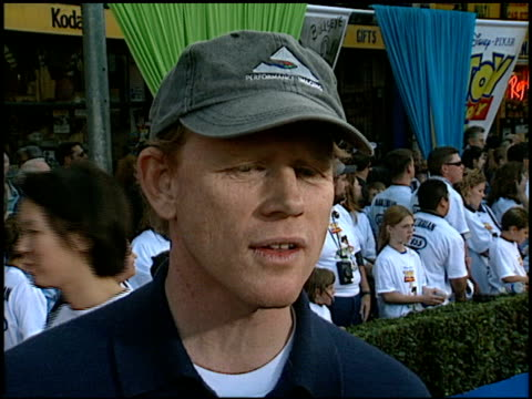 vídeos de stock, filmes e b-roll de ron howard at the 'toy story 2' premiere at the el capitan theatre in hollywood california on november 13 1999 - ron howard