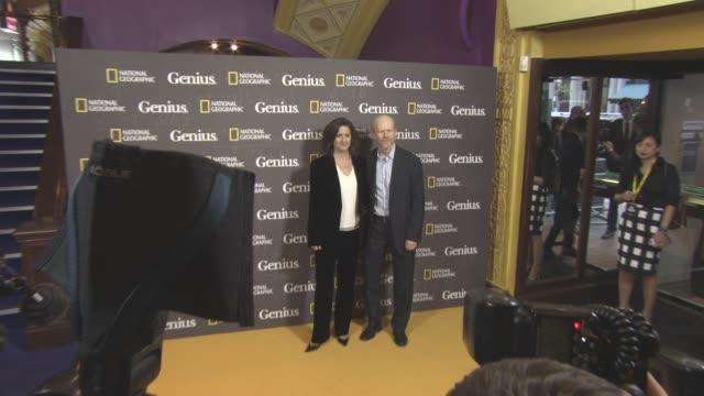vidéos et rushes de ron howard, gigi pritzker at 'genius' uk premiere at cineworld haymarket on march 30, 2017 in london, england. - haymarket