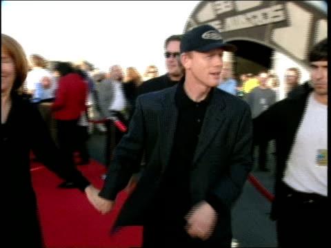 ron howard on the red carpet at the 1998 mtv movie awards - バーカーハンガー点の映像素材/bロール