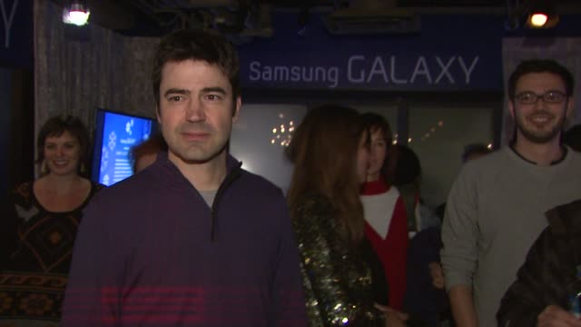 ron livingston at celebrities visit the samsung galaxy lounge day 1 on 1/18/13 in park city utah - 1日目点の映像素材/bロール