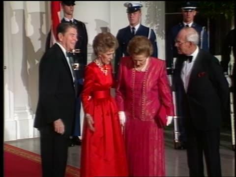 vídeos de stock e filmes b-roll de ronald nancy reagan greeting margaret denis thatcher at white house newsreel - primeira dama
