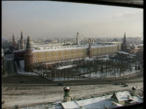 ronald reagan and his defence budget itn snow on ground tgv kremlin zoom in rooftop tgv gold domes of kremlin smoking chimneys in distance - moskau stock-videos und b-roll-filmmaterial