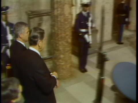 vídeos de stock, filmes e b-roll de ronald reagan arrives at the capitol. ronald reagan and escorts walking through the capitol building on inauguration day. - capitolio estatal de maryland