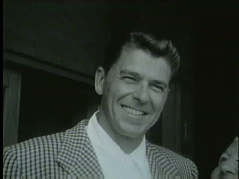 vidéos et rushes de ronald reagan greets a family in a train station in chicago in 1953 - 1953