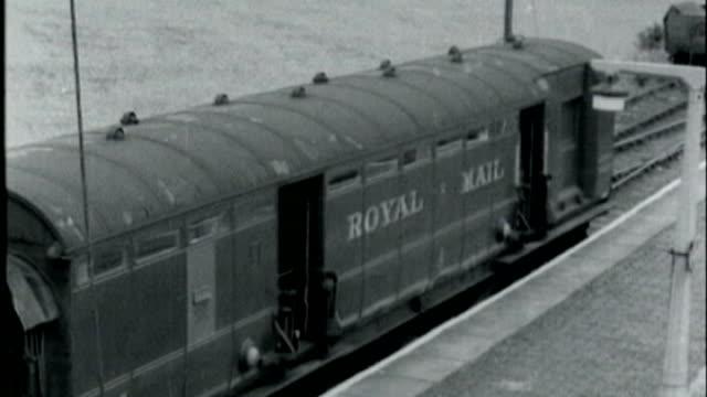 ronnie biggs apologises for great train robbery; lib england: bedfordshire: leighton buzzard: cheddington: ext b/w robbed royal mail train in siding... - ロイヤルメール点の映像素材/bロール