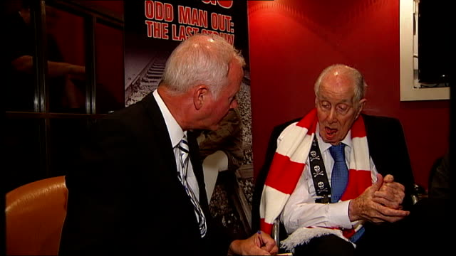 ronnie biggs attends book launch; england: london: michael biggs press conference sot reporter speaking to ronnie biggs about new autobiography and... - biografia video stock e b–roll