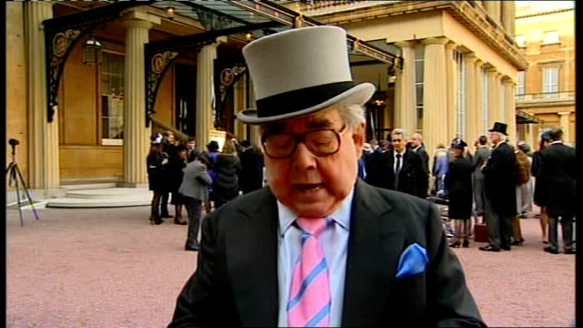 london buckingham palace ext ronnie corbett cbe 2way interview sot last time i was here with dear ronnie b was about 40 years ago when we were... - ronnie corbett stock videos & royalty-free footage