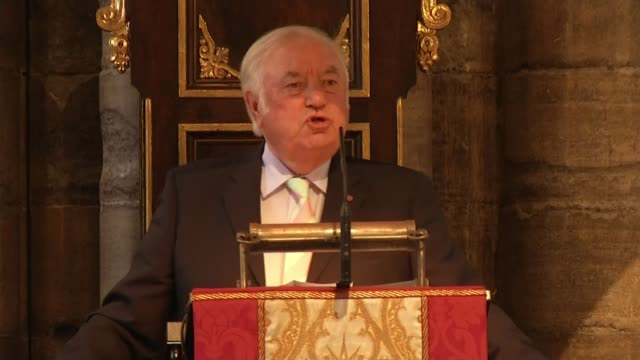 Ronnie Corbett service of thanksgiving at Westminster Abbey ENGLAND London Westminster Abbey INT Jimmy Tarbuck addressing service of thanksgiving for...