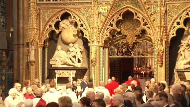 vidéos et rushes de ronnie corbett service of thanksgiving at westminster abbey england london westminster abbey int procession along at westminster abbey for... - ronnie corbett
