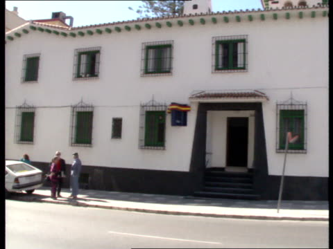 ronnie knight extradition; spain: malaga: palace of justice with police car outside 'villa limonar' / police landrover and policemen standing around... - vermeidung stock-videos und b-roll-filmmaterial