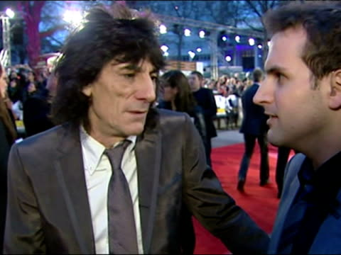 vídeos de stock, filmes e b-roll de ronnie wood interviewed by steve hargarve on arrival at the london premiere of shine a light - 1 minuto ou mais