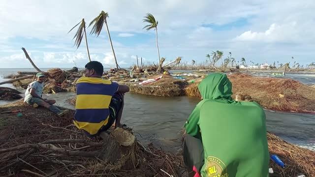 rony solo habla el idioma miskito pero su pena puede ser entendida en cualquier lengua. su pequeña aldea en nicaragua fue inundada por el huracán eta... - managua stock videos & royalty-free footage