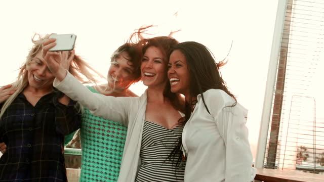 Zeitlupe-Dachterrasse Party Girl Friends Selfie