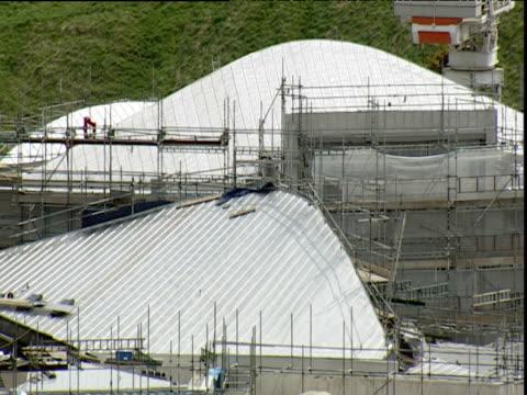 roof of new scottish parliament building under construction edinburgh - erektion stock-videos und b-roll-filmmaterial