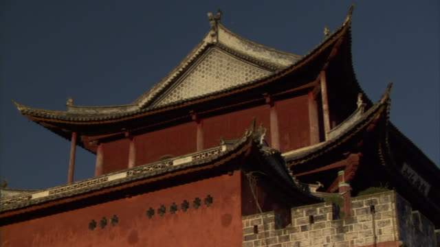 ms la roof of temple in late afternoon sun, weishan, yunnan, china - sun roof stock videos & royalty-free footage