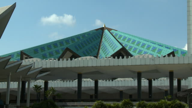 roof of the national mosque of malaysia, kl - moschea nazionale kuala lumpur video stock e b–roll