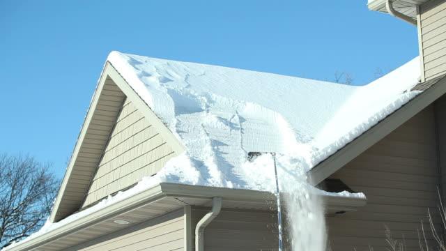 vídeos de stock e filmes b-roll de terraço com ancinho remoção de neve de inverno - ancinho equipamento de jardinagem