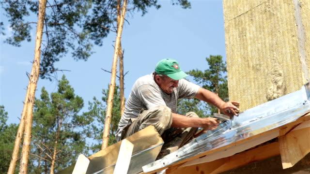 vidéos et rushes de couvreur travaille sur le toit. - réparer