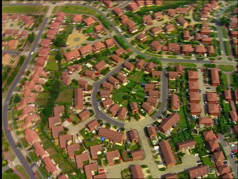 aerial roofs of houses in suburbs / milton keynes, buckinghamshire, england - バッキンガムシャー点の映像素材/bロール