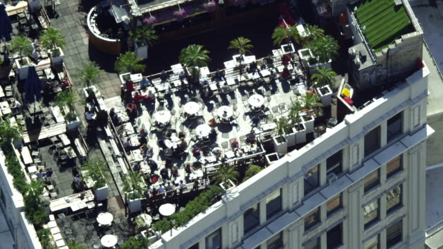 close-up rooftop bar to wide reveal of midtown manhattan - roof stock videos & royalty-free footage