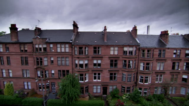 vídeos de stock, filmes e b-roll de rooftop chimneys of the park circus circular tenements against a stormy sky in glasgow, scotland. available in hd. - janela saliente