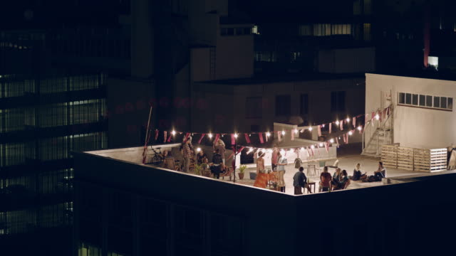 stockvideo's en b-roll-footage met rooftop party - schemering