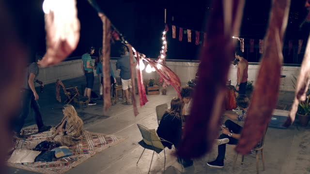屋上のパーティ - 談笑する点の映像素材/bロール