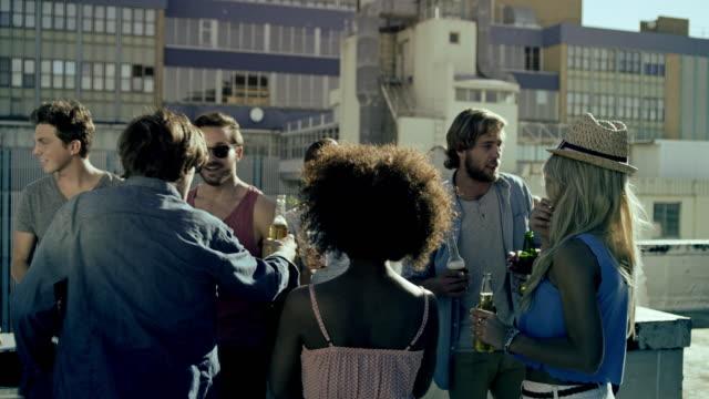 vidéos et rushes de fête sur le toit - balcon