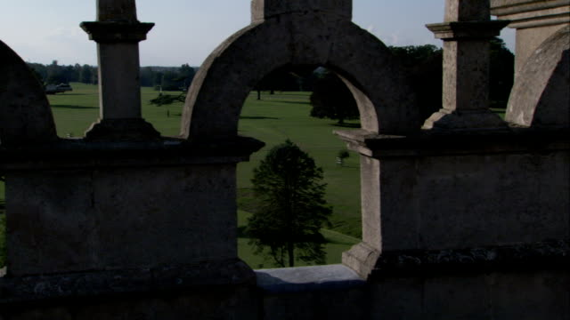 vídeos y material grabado en eventos de stock de rooftop view of the grounds the burghley house. available in hd. - isabelino