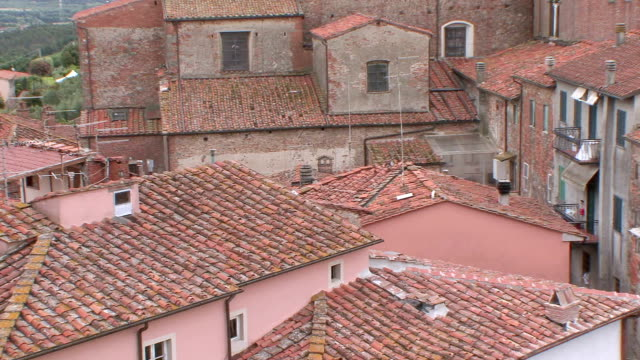 vidéos et rushes de ms pan rooftops of buildings in tuscan village / montecarlo, tuscany, italy - toscane