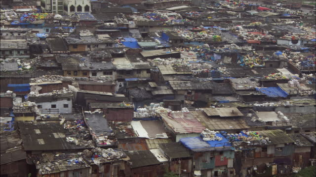 stockvideo's en b-roll-footage met rooftops of shanty town in mumbai, india. available in hd. - sloppenwijk