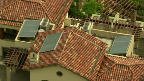 vídeos y material grabado en eventos de stock de ms ha rooftops with solar panels at vanke town dreamworld complex, shenzhen, guangdong, china - tejado