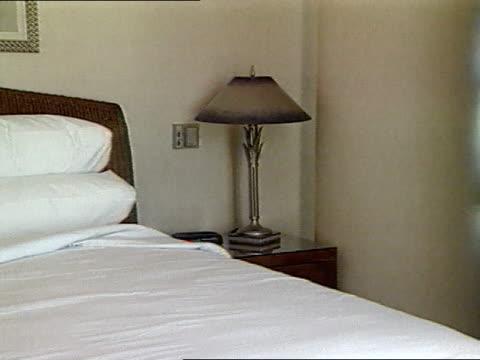 vídeos de stock, filmes e b-roll de ms int bedroom white sheets on bed - quarto de hotel