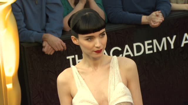 stockvideo's en b-roll-footage met rooney mara at 84th annual academy awards - arrivals on 2/26/12 in hollywood, ca. - academy of motion picture arts and sciences