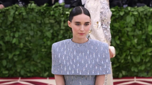 vídeos de stock, filmes e b-roll de fashion the catholic imagination costume institute gala at the metropolitan museum of art on may 07 2018 in new york city - rooney mara