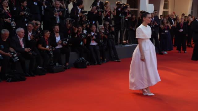rooney mara at 'joker' red carpet arrivals - 76th venice film festival at sala grande on august 31, 2019 in venice, italy . - ホアキン・フェニックス点の映像素材/bロール