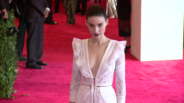vídeos de stock, filmes e b-roll de rooney mara at punk chaos to couture costume institute gala at metropolitan museum of art on may 06 2013 in new york new york - rooney mara