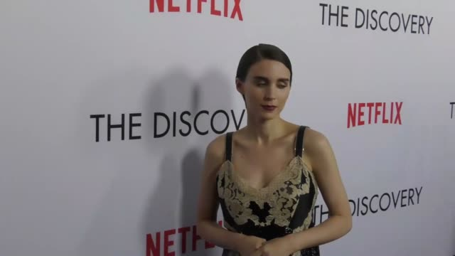 vídeos de stock, filmes e b-roll de rooney mara at the premiere of netflix's 'the discovery' on march 29 2017 in los angeles california - rooney mara