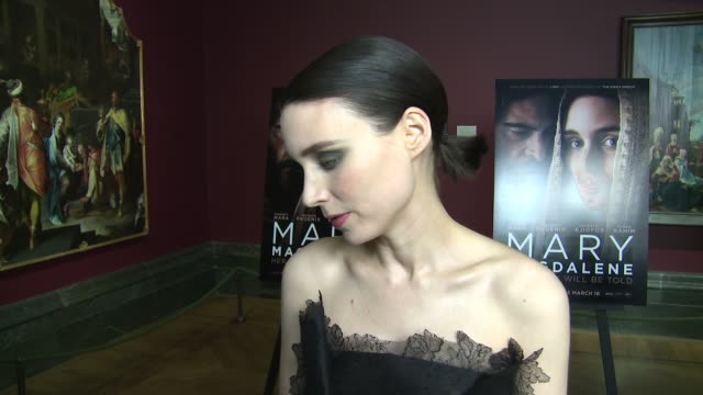 vídeos de stock, filmes e b-roll de rooney mara on mary magdelane approaching the role and the poignancy of the current events regarding time's up on february 26 2018 in london england - rooney mara