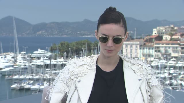 vídeos de stock, filmes e b-roll de interview rooney mara on what attracted her to the project at 'carol' interviews on may 18 2015 in cannes france - rooney mara