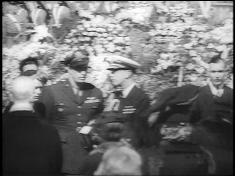 vídeos de stock e filmes b-roll de roosevelt family consoles eleanor roosevelt at fdr's funeral / hyde park ny / newsreel - primeira dama