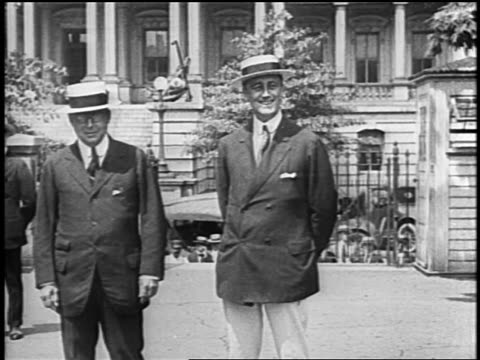 vídeos y material grabado en eventos de stock de d roosevelt in straw hat james cox shaking hands with other men smiling / newsreel - franklin roosevelt