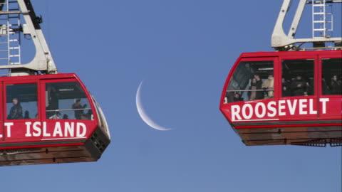vídeos de stock, filmes e b-roll de roosevelt island tramway cars - teleférico veículo terrestre comercial