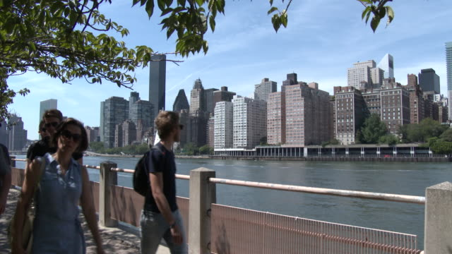 Roosevelt Island Waterfront, East River, NYC Skyline